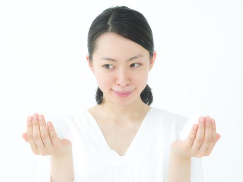 葉酸の種類を見る女性