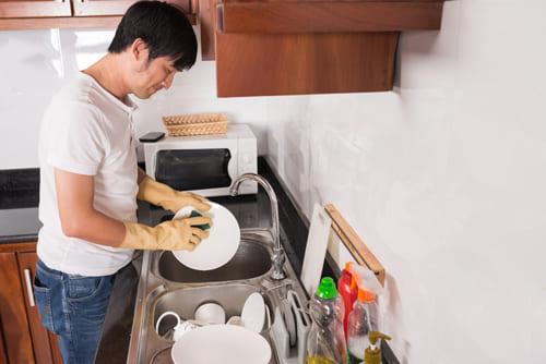 妻の代わりに家事をする男性