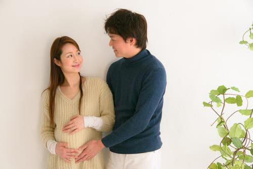 妊娠中に話し合う夫婦
