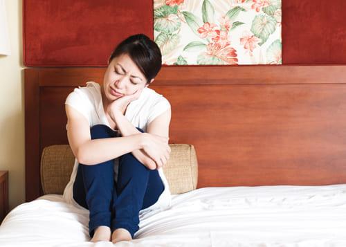 高齢出産のリスクについて考える女性
